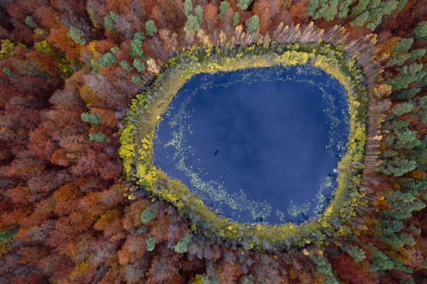 Un lac din zona Pomerania - Polonia. Fotografia a fost realizata de Kacper Kowalski. PC: travel.nationalgeographic.com