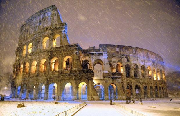 Colosseum-ul din Roma, construit acum 2.000 de ani, a fost surprins in timpul unei furtuni de zapada de catre fotograful Gabriele Forzano. PC: travel.nationalgeographic.com