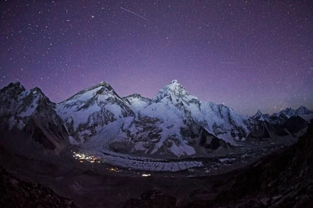 Cum arata cerul deasupra muntelui Everest. Fotografia a fost realizata de Cory Richards. PC: travel.nationalgeographic.com