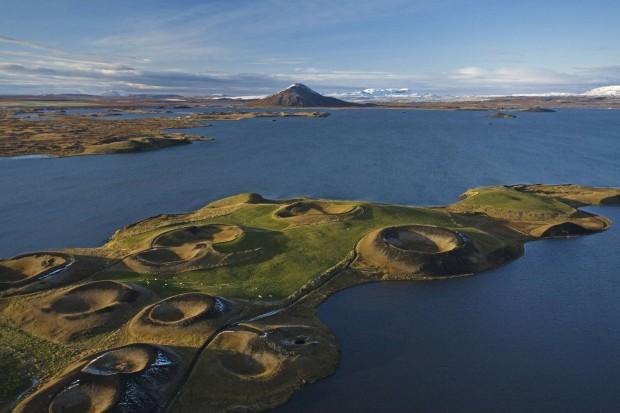 Lacul Mývatn din Islanda este un alt loc minunat care merita vizitat. Fotografia a fost realizata de Jonas Bendiksen. PC: travel.nationalgeographic.com