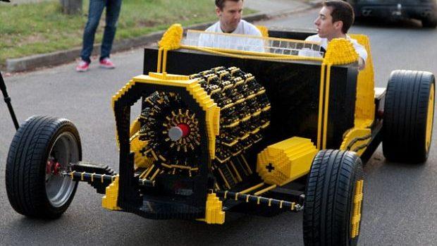 Autocarul construit din piese LEGO și care se mișcă cu aer