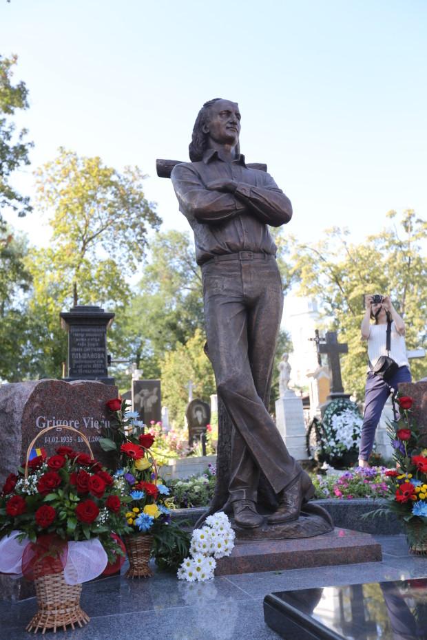 Monumentul funerar al poetului Grigore Vieru PC: Președenția