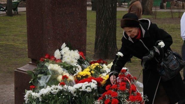 (foto) Politicienii moldoveni au depus flori la bustul lui Mihai Eminescu