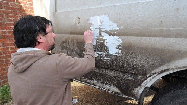 (foto) Noul Van Gogh ce creează opere pe mașina lui murdară
