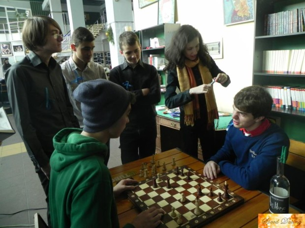 Vlad și Mihai jucând șah PC: arhivă personală