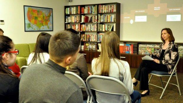 Kara McDonald în discuție cu tinerii la Centrul American de Resurse