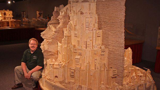 """(foto) Orașul Regilor din """"Stăpânul inelelor"""" creat din 420 de mii de chibrituri"""