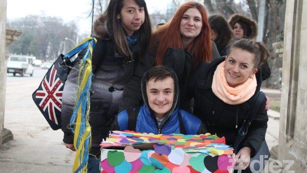 (foto) De Dragobete, tinerii au dăruit săruturi și îmbrățișări oamenilor