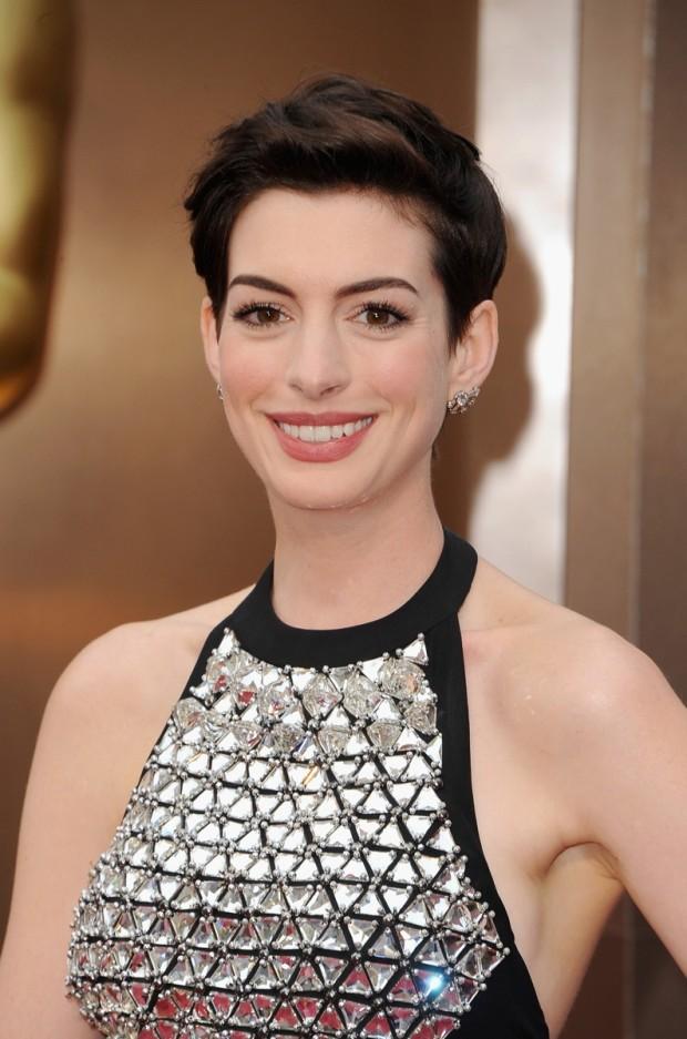 Anne Hathaway Anne Hathaway ne-a obişnuit cu părul său scurt şi elegant în acelaşi timp. De data aceasta, actriţa şi-a aranjat părul pe spate, lăsându-şi fruntea la vedere. PC: Steve Granitz/WireImage
