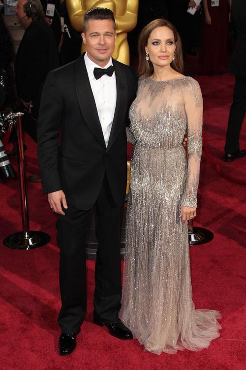 Nu degeaba au fost considerați cel mai frumos cuplu al planetei. Brad Pitt (în Tom Ford) şi Angelina Jolie (Elie Saab) au fost absolut fermecători pe covorul roşu.