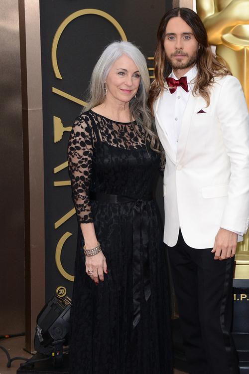 Chiar dacă are 42 de ani, propria trupă de rock şi un Oscar în palmares, simpaticul Jared Leto (în Saint Laurent) rămâne în continuare băiatul mamei. Acesta a venit însoţit de fratele său, Shannon, şi de mama lor, Constance.