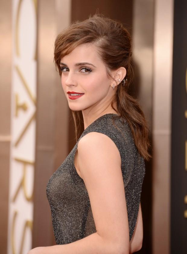 Emma Watson Aşa cum ne-a obişnuit, Emma Watson a preferat un look simplu, relaxat, alegând să-şi dea părul spe spate şi să-l prindă într-o coadă lejeră.  PC: Steve Granitz/WireImage