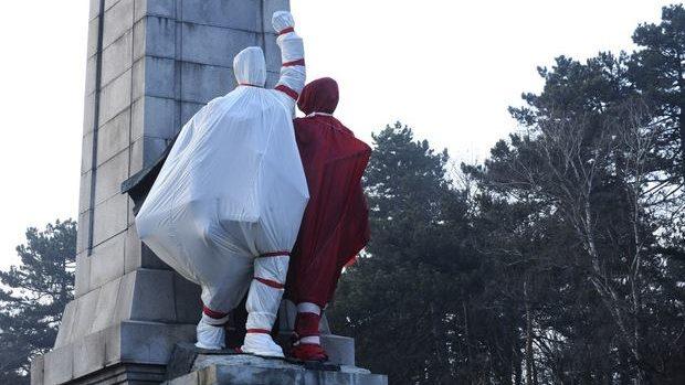 (foto) Monumentul partizanilor din Bulgaria, acoperit în culorile mărțișorului