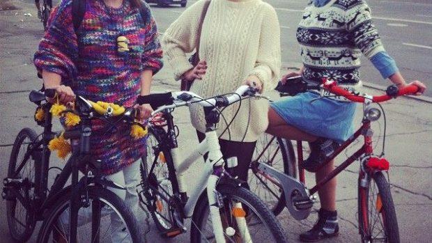 Duminică fetele urcă pe biciclete pline de flori!