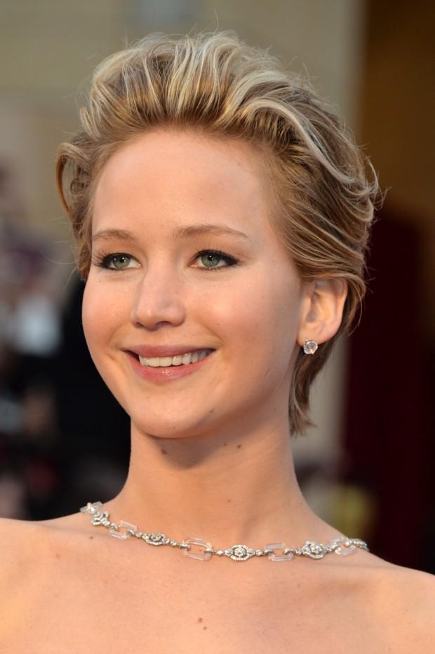 Jennifer Lawrence Jennifer Lawrence n-a ieşit în evidenţă doar din cauza faptului că s-a împiedicat din nou, ci şi pentru că a ales să îşi coafeze părul scurt şi blond într-un mod destul de rebel, pe spate. PC: Steve Granitz/WireImage
