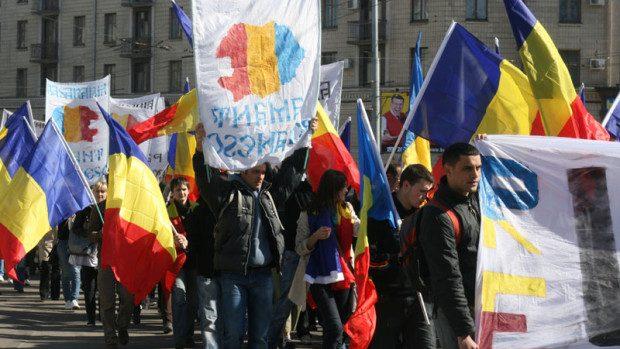 """Ce semnifică stickerele """"Unirea înseamnă"""" din Chișinău?"""