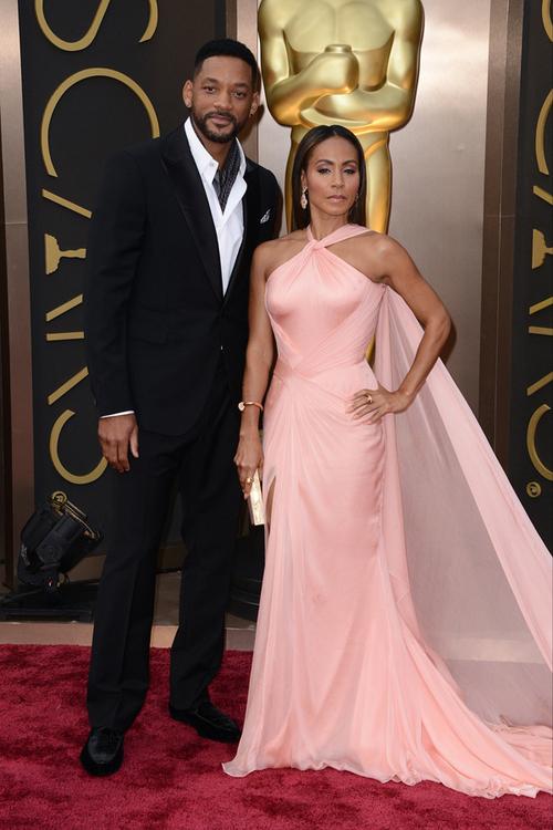 Will Smith şi Jada Pinkett formează unul dintre cele mai frumoase şi longevive cupluri de la Hollywood. Actriţa a fost o apariţie de-a dreptul diafană în această rochie Versace, în timp ce Will a ales o ţinută Berluti.
