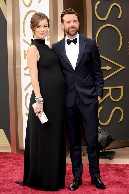 Olivia Wilde ne-a demonstrat că şi o femeie însărcinată poate arăta absolut fabulos, mai ales într-o rochie Valentino. Logodnicul ei, Jason Sudeikis, a ales un costum Prada.