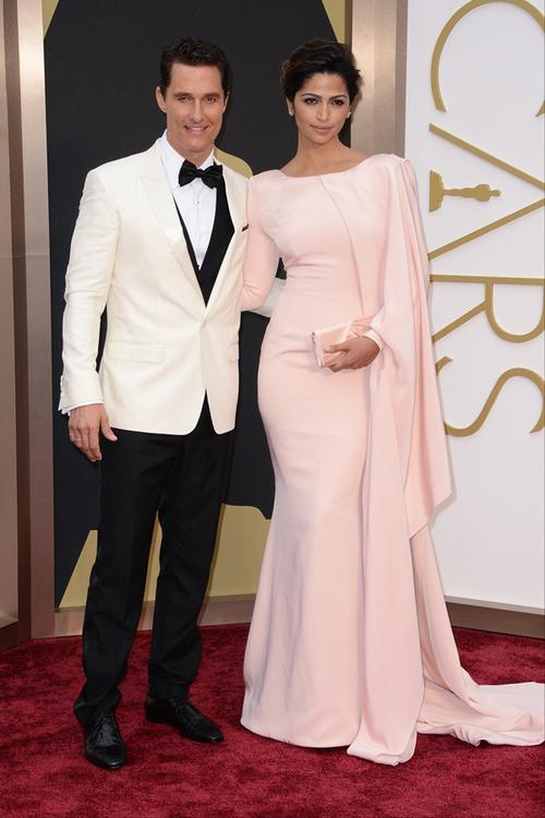 Matthew McConaughey a primit primul Oscar din cariera sa într-un costum Dolce&Gabbana. Actorul nu s-a dezlipit nici măcar o secundă de încântătoarea lui soţie, Camila Alves, care a ales o ţinută Gabriela Cadena.