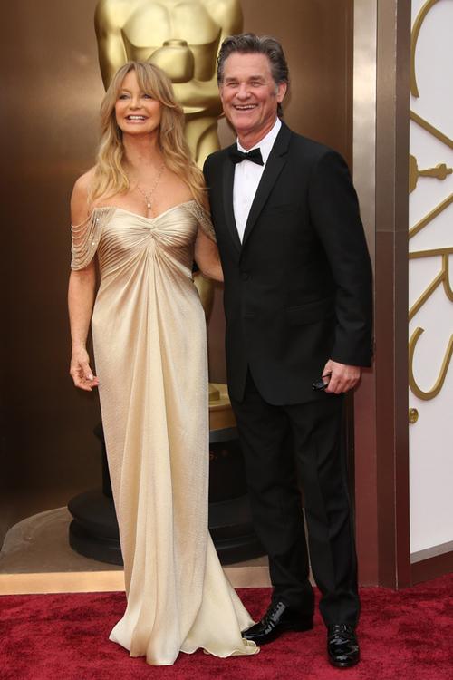 Deşi are 68 de ani, Goldie Hawn arată de-a dreptul incredibil, iar rochia sa Versace a fost absolut spectaculoasă. Mărturisim că suntem chiar puţin invidioase. La Premiile Oscar 2014, aceasta a fost însoţită de partenerul ei, Kurt Russel.