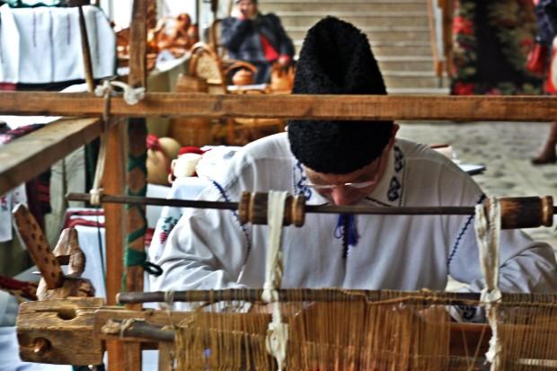 Confecționarea hainelor tradiționale. PC: Lilian Muntean