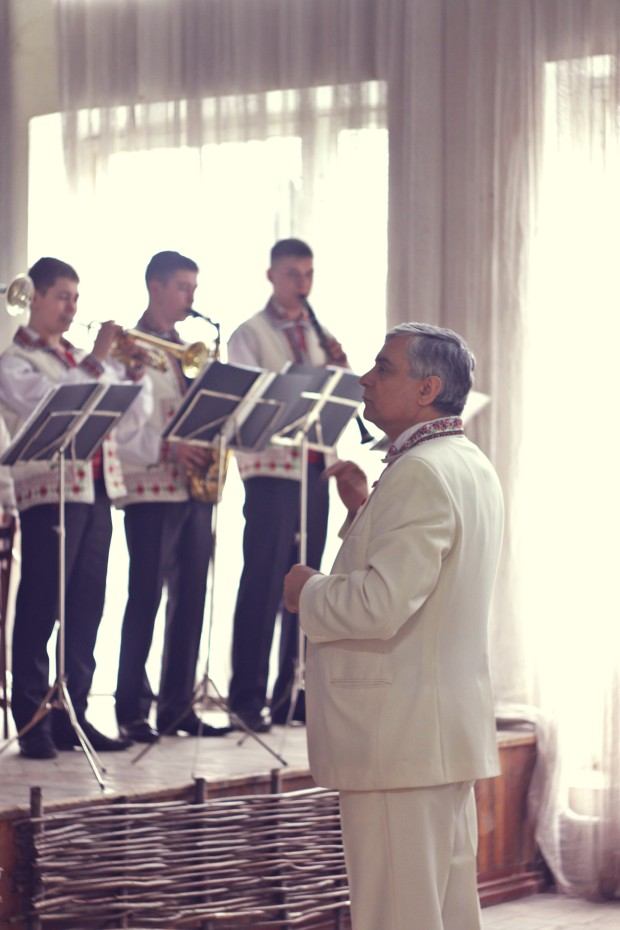 Orchestra dirijată de Gheorghe Duminica interpretând muzică. PC: Lilian Muntean