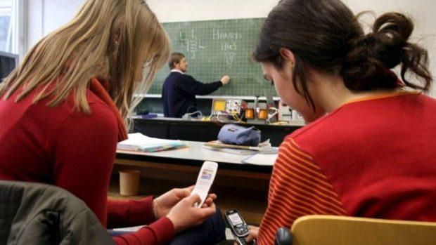 Coşmarul elevilor moderni: aplicaţia care permite profesorului să le închidă mobilele de la distanţă