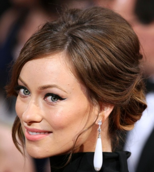 """Olivia Wilde- Frumoasa cu """"ochi de pisică"""" şi-a prins părul lejer la spate, într-un coc simplu, lăsându-şi libere câteva şuviţe. În privinţa make-upului, a mizat pe evidenţierea ochilor, aplicându-şi un ruj nude şi un blush piersică. PC: Steve Granitz/WireImage"""