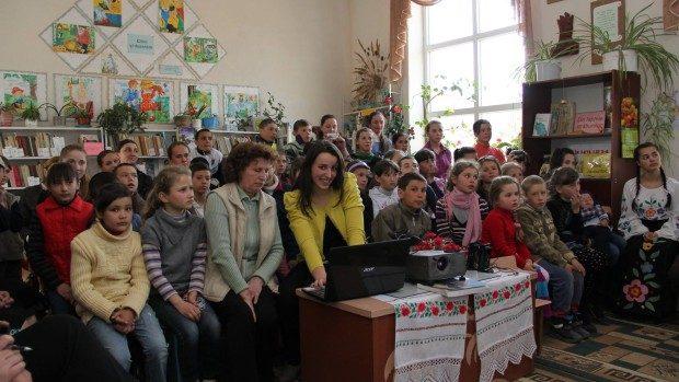 Tinerii de la UpGreat au donat 200 de cărți bibliotecii satului Onești, raionul Strășeni
