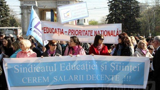 Profesorii  au ieșit la protest și cer salarii mai mari cu 50%