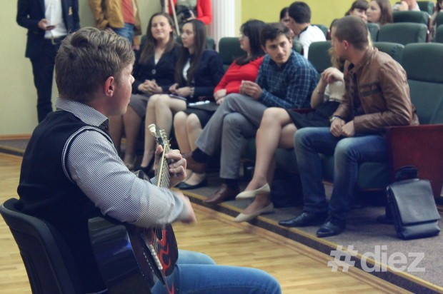 Între timp ce juriul lua decizia finală, spectatorii au fost încântați de chitara lui Mihai