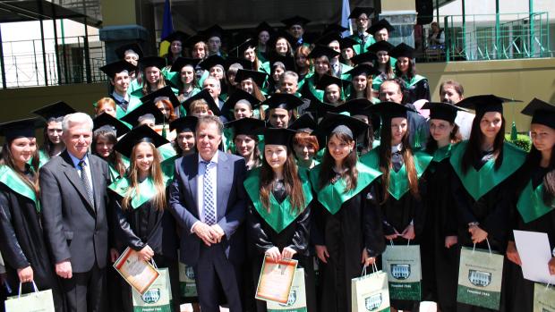 (foto) Universitatea de Stat și-a desemnat cei mai buni absolvenți ai promoției 2014