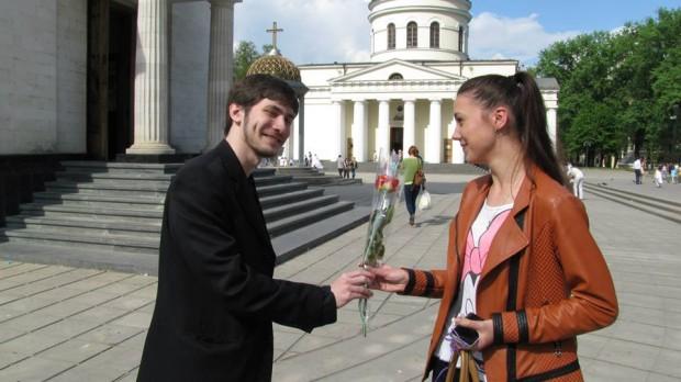 (video, foto) Mai mulți gentlemeni au oferit flori fetelor din Chișinău