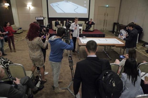 Elevul de la liceul Hertli prezentând cum funcționează un robot PC: Moldova ICT Summit