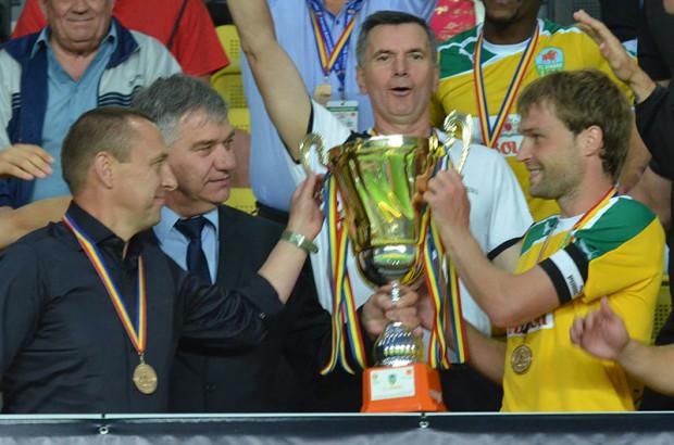 Iulian Erhan a primit multrâvnitul trofeu din mâinile lui Nicolae Cebotari. PC: FMF