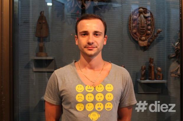 Vladimir Melnic, vizitatorul expoziției. PC: #diez/Eugenia Tataru