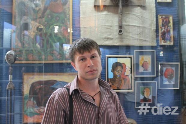 Igor Pînzaru, vizitatorul expoziției. PC: #diez/Eugenia Tataru