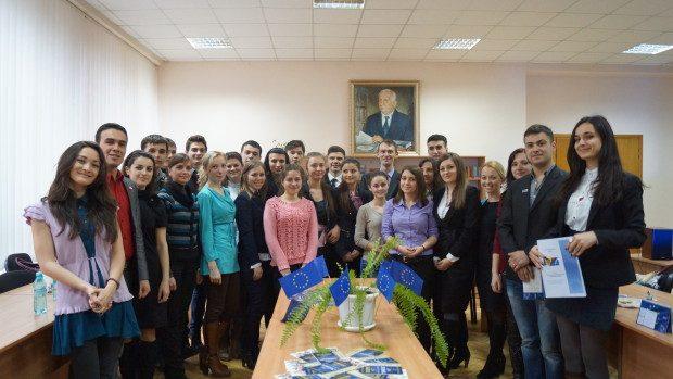 """Tinerii pot aplica la cea de-a III-a ediție a școlii de vară """"Europa la tine acasă"""""""
