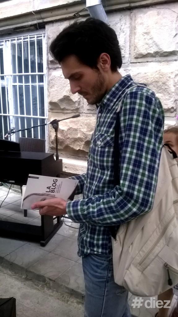 """Sergiu Repida răsfoind cartea """"La Blog""""."""