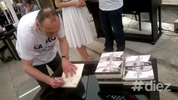 Igor Guzun oferind autografe prietenilor