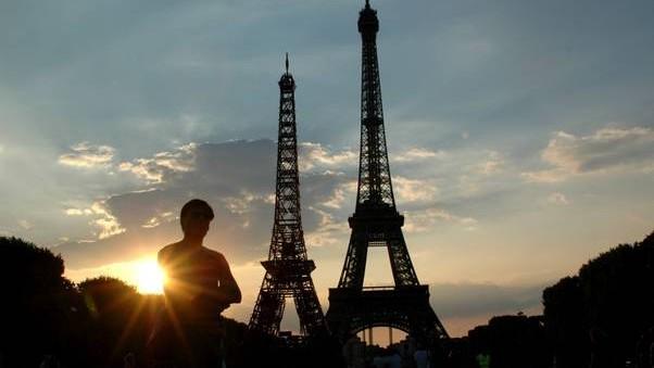 """Turnul Eiffel are un """"frate"""", o replică din mobilier a fost ridicată în apropierea turnului original"""