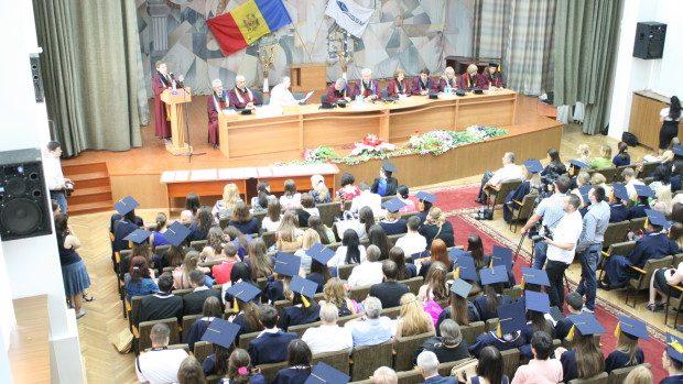 (foto) Peste 2.000 de absolvenţi de la Academia de Studii Economice și-au luat diplomele
