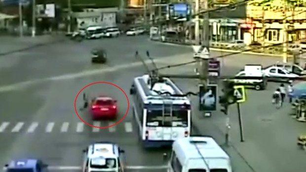 (video) O tânără a ajuns la spital după ce a traversat strada neregulamentar