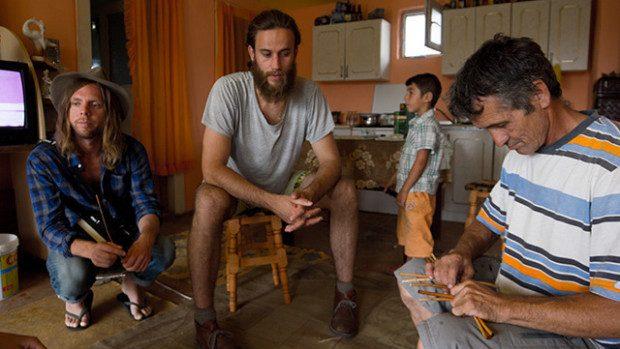 (foto) Doi suedezi au venit în România în căutare de meşteşugari romi