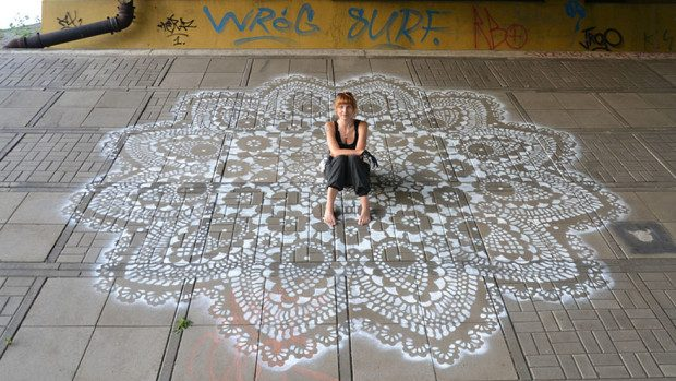(foto) Cum a soluţionat problema găurilor în asfalt o artistă din Polonia