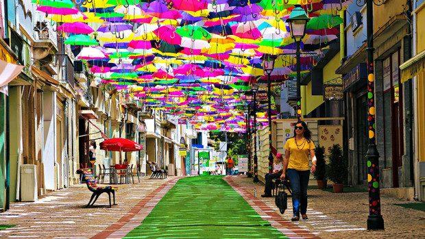 (foto) Sute de umbrele plutitoare deasupra străzilor din Portugalia