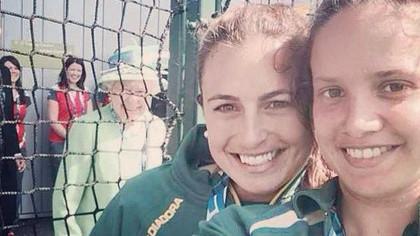 Regina Elisabeta a II-a a stricat selfie-ul unor sportive din Australia