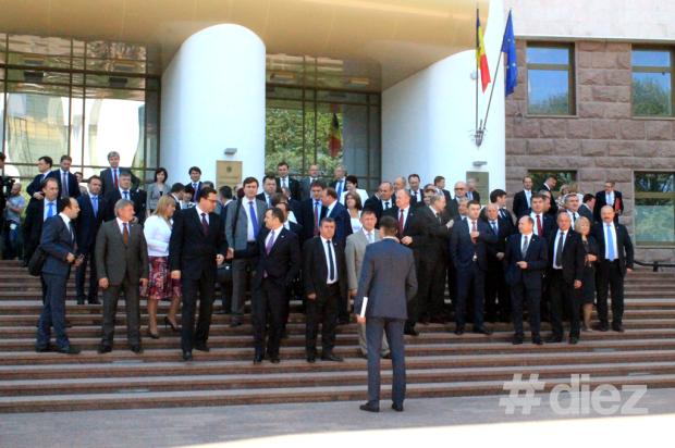 """Deputații care au votat """"pro"""" ratificarea Acordului de Asociere fac o fotografie de grup fața Parlamentului"""