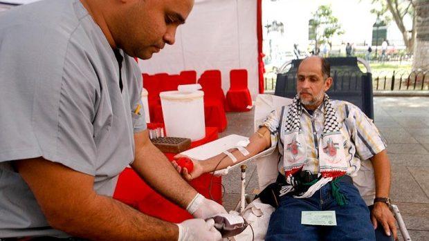 Parlamentar britanic: Lăsaţi bărbaţii gay să doneze sânge