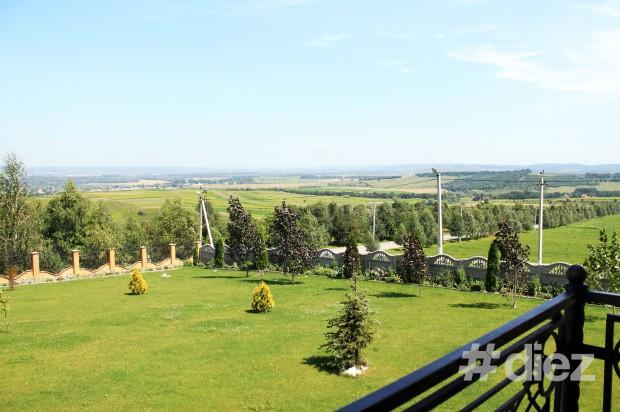 În depărtare se văd dealurile din România.
